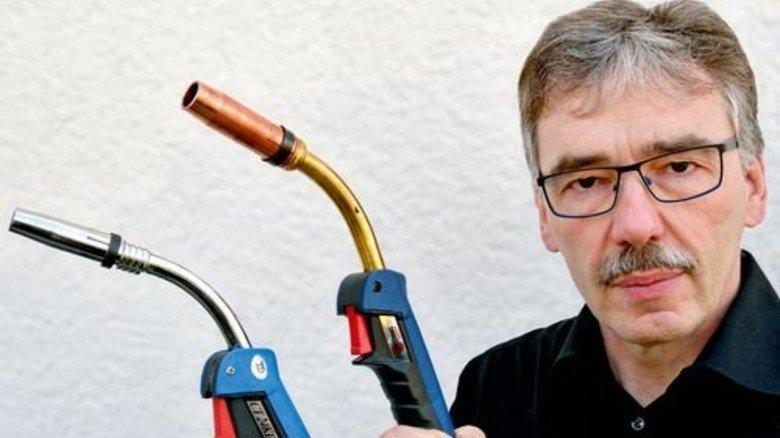 """Emil Schubert mit Original (rechts) und Fälschung: """"Für den Anwender rechnet sich das Billigprodukt nicht."""" Foto: Scheffler"""