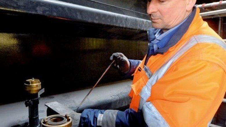 Penibel: Mit einem Handspiegel überprüft Ingenieur Opalka, ob der Schutzanstrich auch an versteckten Stellen aufgetragen ist. Foto: Bahlo