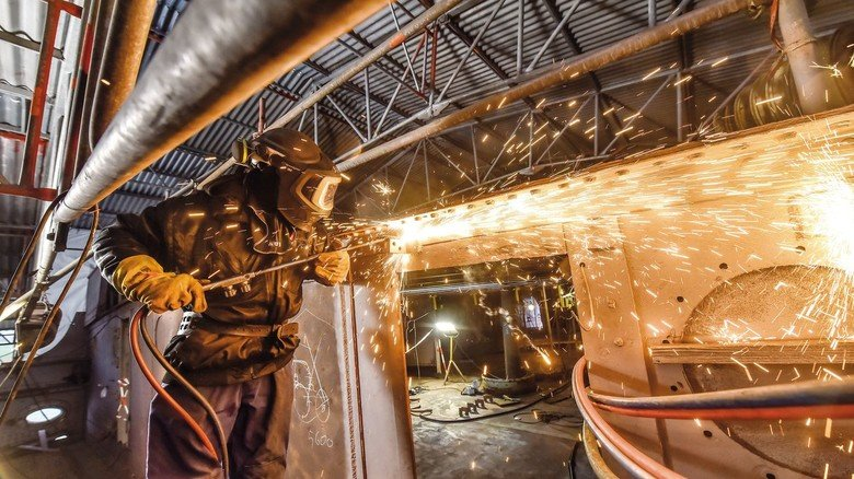 Unter Deck: Mit einem Brenner werden überflüssige Teile entfernt.