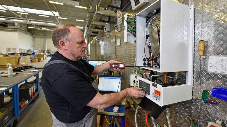Kontrolle: Industriemechaniker Bernd von Bargen überprüft mit einem Gasdetektor ein MHG-Gerät der Procon E-Serie.