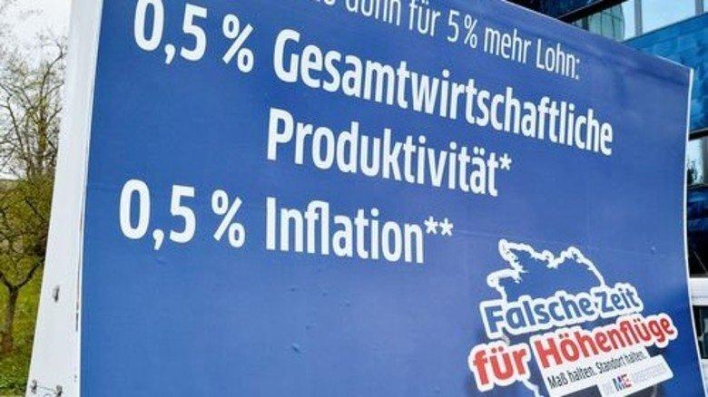 Hingucker: Die Argumente der Arbeitgeber auf einer mobilen Info-Tafel. Foto: Scheffler