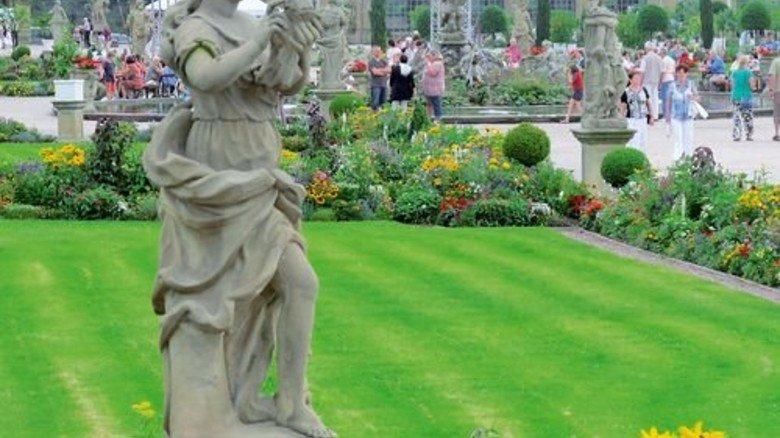 Blüten und Skulpturen: Der Garten von Schloss Weikersheim. Foto: Keßler