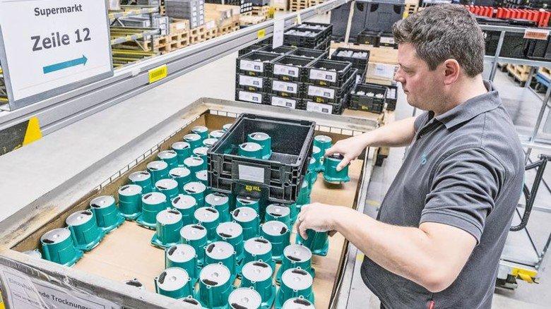 """Das Zwischenlager heißt jetzt """"Supermarkt"""": Hier sucht Stefan Werth Pumpenteile für die Montage zusammen … Foto: Roth"""