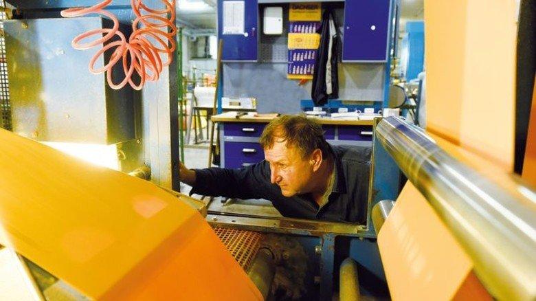 An der Verpackungsmaschine: Konstantin Antonjenko kontrolliert den Durchlauf.  Foto: Wirtz