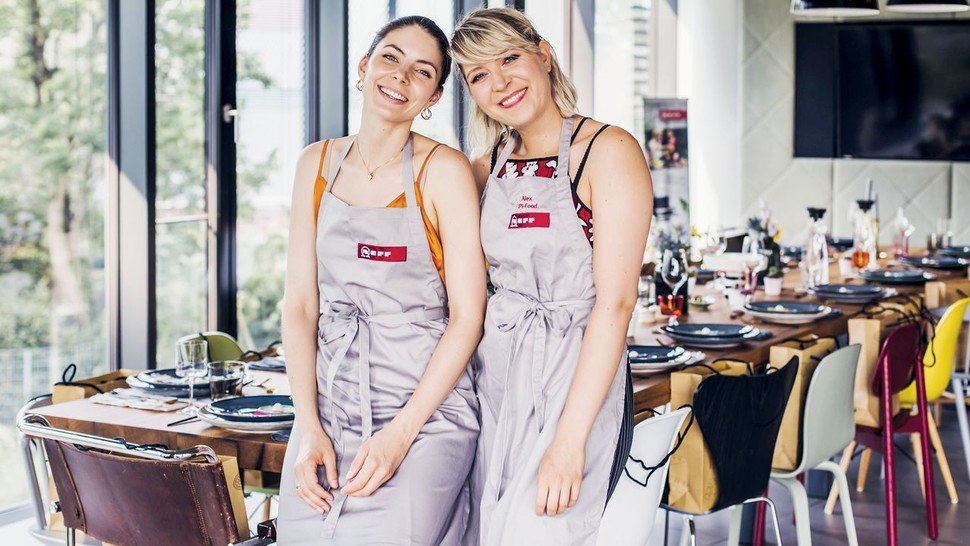 """""""Social Cooking"""": Hausgeräte-Hersteller Neff lädt regelmäßig zum gemeinsamen Kochen mit den Influencerinnen Felicitas Riederle (links) und Alexandra Stech."""
