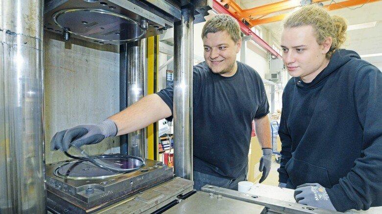 Produktion: Marcel Oldorf und Maik Röse entnehmen einen Ring für Tests.