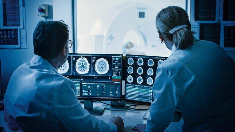 Beim CT: Das injizierte Kontrastmittel lässt die Ärzte die Aufnahme klar erkennen.