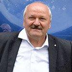 Beeindruckend: Hartmut Brandau am größten Lüftungsventilator von Trox, der direkt am Werktor in Bad Hersfeld steht.