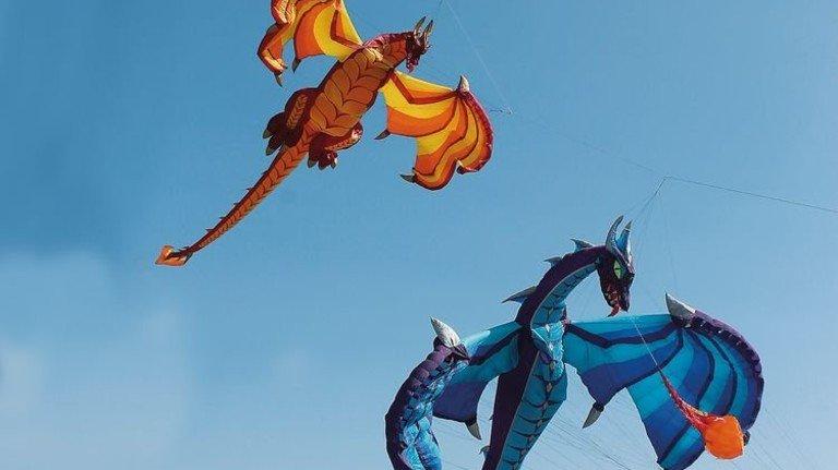 Ab nach oben: Beim Drachenfest an der Nordsee tanzen Exemplare in verschiedenen Farben und Formen. Foto: Tiedemann Art Production