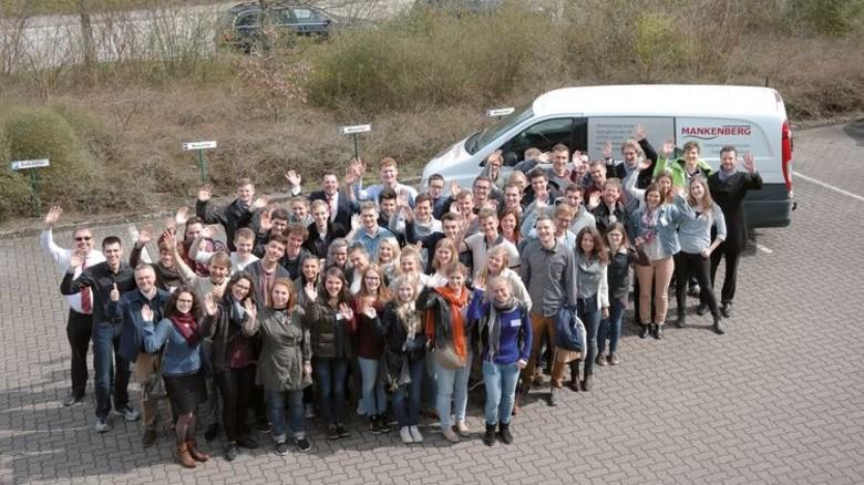 Firmenbesuch: Die Studenten auf dem Werkgelände von Mankenberg. Foto: Werk