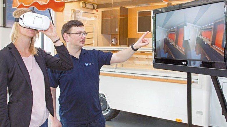 Mithilfe der VR-Brille sehen die Kunden vorab virtuell, wie Imbisswagen oderdie mobilen Backstuben später aussehen. Foto: Bleier