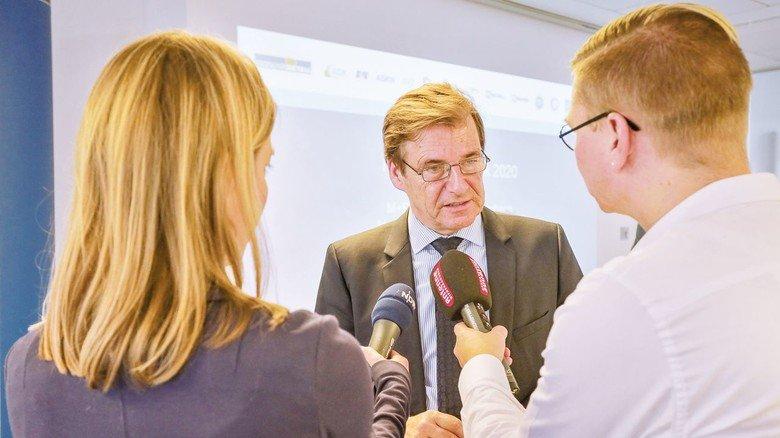 """""""60 Prozent der Betriebe planen Entlassungen"""", berichtet Verbandsmanager Volker Schmidt. Er ist sowohl Hauptgeschäftsführer des Arbeitgeberverbands NiedersachsenMetall als auch Hauptgeschäftsführer des Arbeitgeberverbands der Deutschen Kautschukindustrie."""