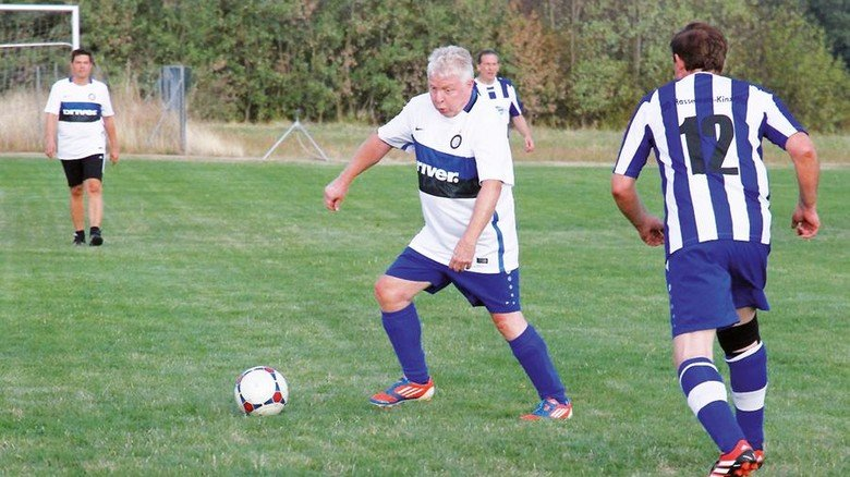Leidenschaft beim Fußball: Kollegen organisierten für den Jubilar ein Match. Foto: privat
