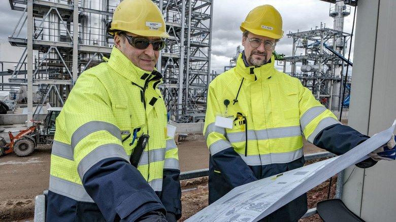 Planvoll: Hubertus Siegel (links) und Henning Wartig mit der Anlagenskizze.