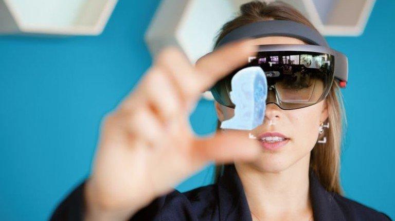 Hightech-Brille: Sie unterstützt mit dreidimensionalen Darstellungen, etwa von Nervenbahnen, den Chirurgen bei der OP. Foto: Werk