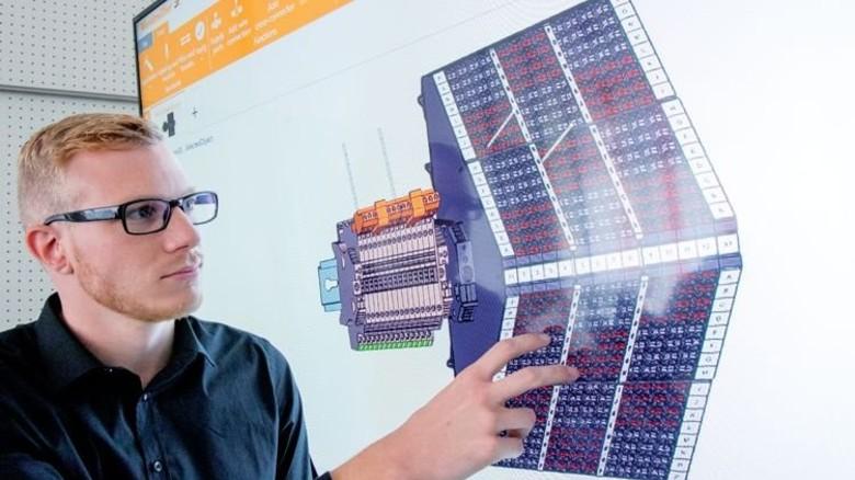 Virtuelles 3-D-Modell: Die Einzelteile klickt sich Thorsten Naust rasant zusammen – aus standardisierten Schubladen. Fotos: Straßmeier