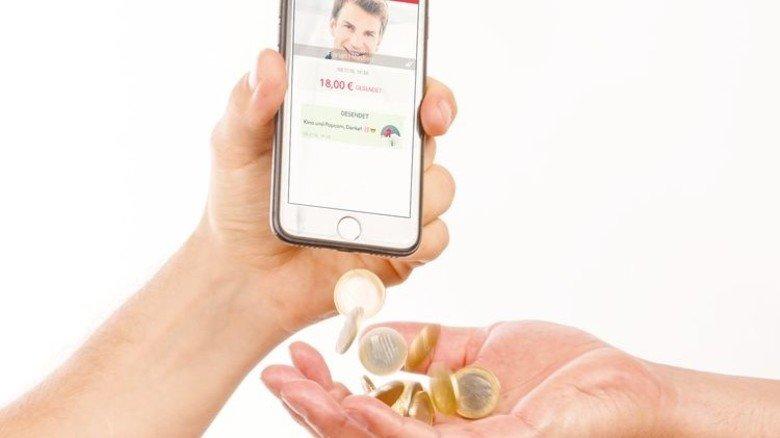 Geldtransfer unter Freunden: Per App geht's fast so schnell wie auf unserem Symbolbild. Foto/Montage: Roth