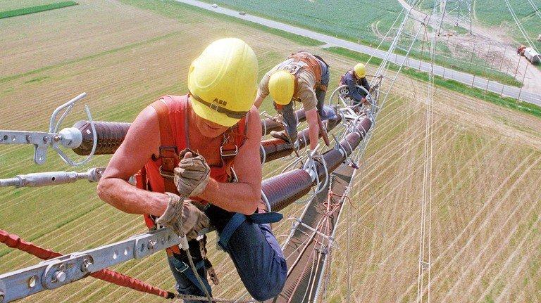 Komplizierte Montagearbeiten in luftiger Höhe werden dieser Tage an Stromleitungen in der Nähe des Wolmirstedter Umspannwerkes ausgeführt. Zwischen Helmstedt und Berlin entsteht damit eine 380 KV-Trasse, die bis Ende Juni bis Wolmirstedt geschlossen sein soll.