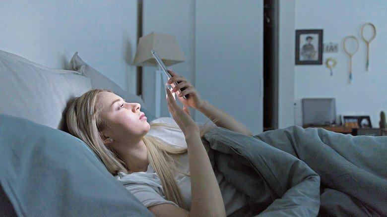 Wenn überhaupt, abends nur mit eingeschaltetem Blaufilter surfen! Sonst wird man durch das grelle Licht hellwach und kann nicht schlafen.