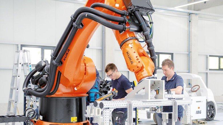 Alles im Griff: Dieser Roboter wird zukünftig in einem Automobilwerk Kühler einbauen.