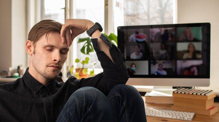Müde und erschöpft: Lange Videokonferenzen wie sie jetzt oft beim Arbeiten im Homeoffice vorkommen, kosten die Teilnehmer viel Kraft.
