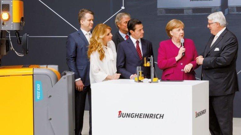Hoher Besuch: Kanzlerin Angela Merkel auf dem Messe-Stand von Jungheinrich. Foto: Jungheinrich/Willner