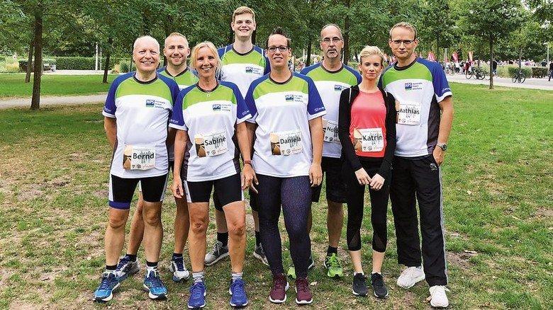 Sport mit den Kollegen: Daniela Bachmann (Mitte) beim Norderstedter Firmenlauf. Foto: HPS