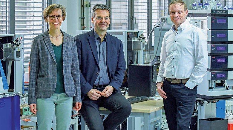 Team: Geschäftsführer Jörg Behrens (Mitte) mit Kerstin Strupat, Product Managerin, und Alexander Duhr, Leiter Manufacturing Engineering, beide promovierte Physiker.