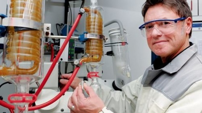 Der Chemiebaukasten war's: Er brachte Betriebsleiter Frank Grave zum Unternehmen. Foto: Wirtz