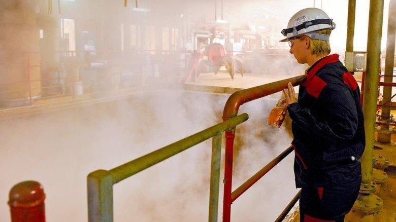 Hier dampft es kräftig: Vera Holstein überprüft vom Rande das Geschehen im Reaktor. Foto: Wirtz