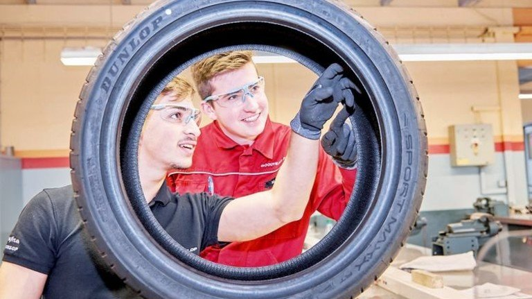 Selbstständigkeit gefragt: Azubis kontrollieren einen Reifen. Foto: Wildhirt