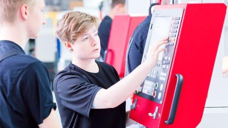 So geht's: Die Ausbilderin gibt hilfreiche Tipps zum Umgang mit den Maschinen. Foto: Werk
