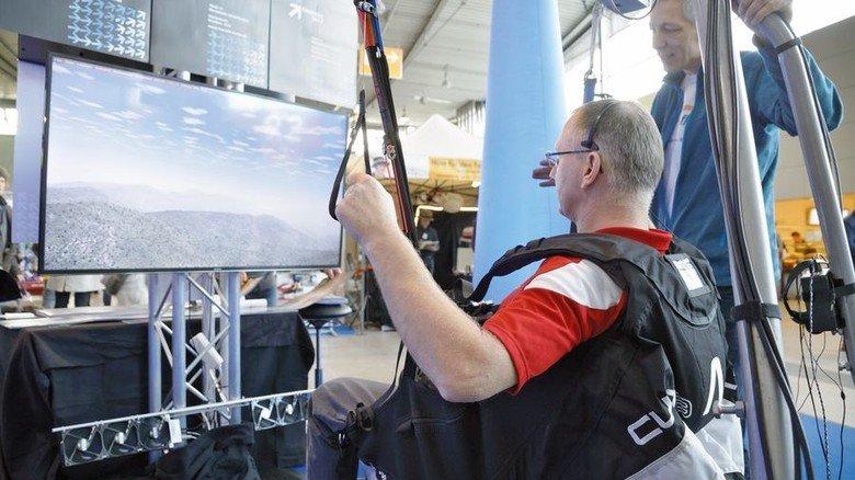 Abenteuer: Mit dem Simulator können Besucher einen Gleitschirmflug erleben. Foto: Messe Stuttgart