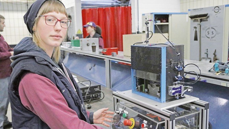 Prüfen, austauschen, programmieren: Catalena Müller kümmert sich als auszubildende Elektronikerin bei TMD um die Anlagensteuerung (alle Fotos nachgestellt).