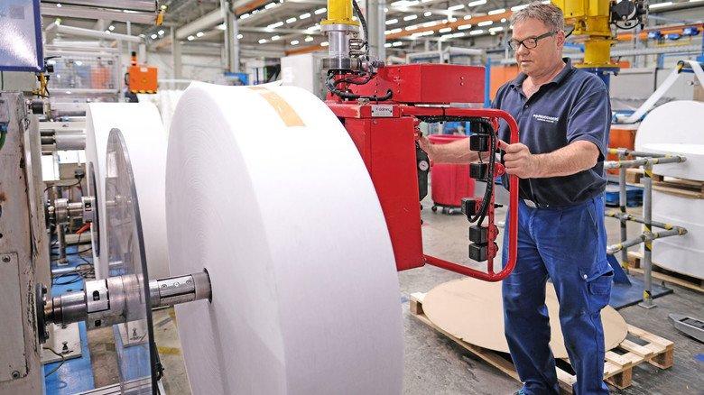 Von der Rolle: Anlagenbediener Peter Möhrke setzt eine neue Rolle Spinnvlies ein, das zum Schutz vor Gasen und Gerüchen mit Aktivkohle verbunden wird.