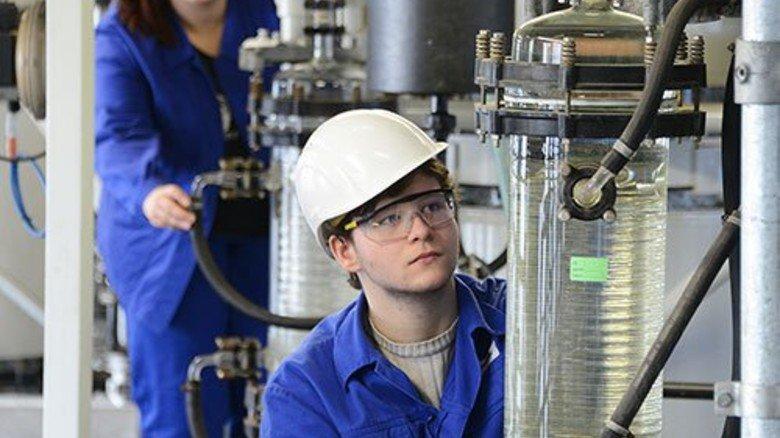 Produktion bei AkzoNobel in Greiz: Azubi Maximilian Meyer checkt die Diformal-Anlage. Foto: Sturm