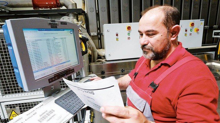 Hightech in der Produktion: Zur Rückverfolgung der Chargen bucht Carmelo Sardo die Rohstoffe in die automatische Verwiegeanlage ein.