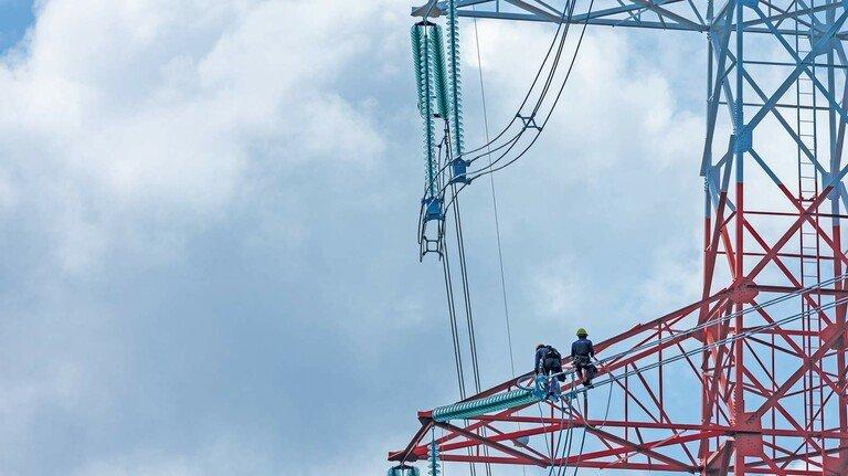 Überlandleitung: Auch der Ausbau des Netzes für die Windenergie aus dem Norden macht den Strom teurer.
