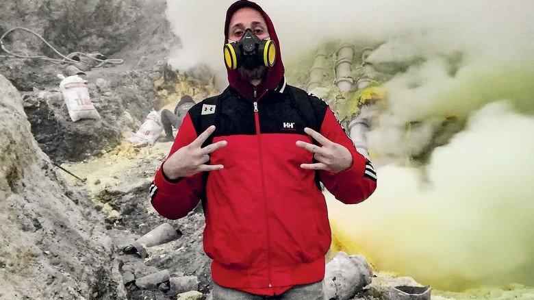 Java: Der Fluggerätmechaniker vor dem Vulkan Ijen, aus dessen Krater giftige Schwefelgase strömen.