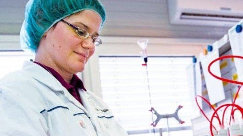 Labor: Ulrike Schwalbe misst den Zuckergehalt des fertigen Krauts. Foto: Straßmeier