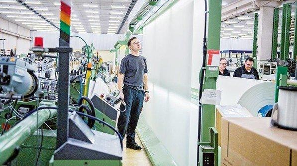 Leicht und robust: Vladimir Graf mit Textilgewebe, … Foto: Straßmeier