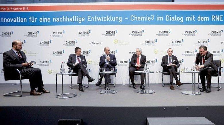 Große Runde: Diskussion mit Kai Beckmann, Kurt Bock und Michael Vassiliadis (Zweiter, Dritter und Vierter von links). Foto: Nürnberger