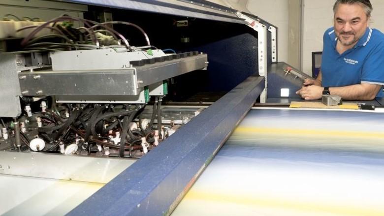 Erfahrene Fachkraft: Mujdat Corapci wacht über fünf digitale Druckanlagen. Foto: Egbert