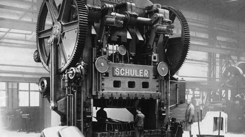 Massenfertigung: 1928 nimmt Schuler bei Opel eine Karosseriepresse zur automobilen Serienproduktion in Betrieb. Foto: Werk