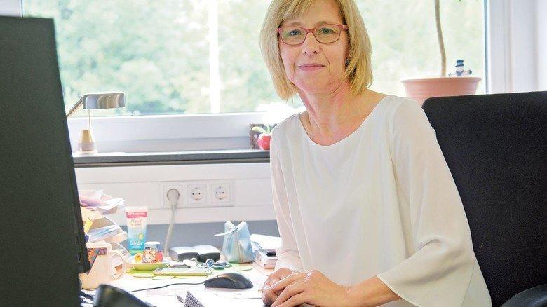 Arbeitet weiter im Büro: Vertriebsmitarbeiterin Angelika Cohrs kann das dank einer Umorganisation.