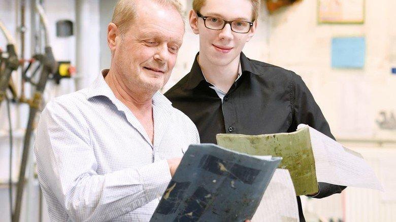 Analysieren: Stefan Leinz (rechts) und Produktionsleiter Elmar Mehrer bei der Arbeit an der Komplettieranlage. Foto: Wirtz