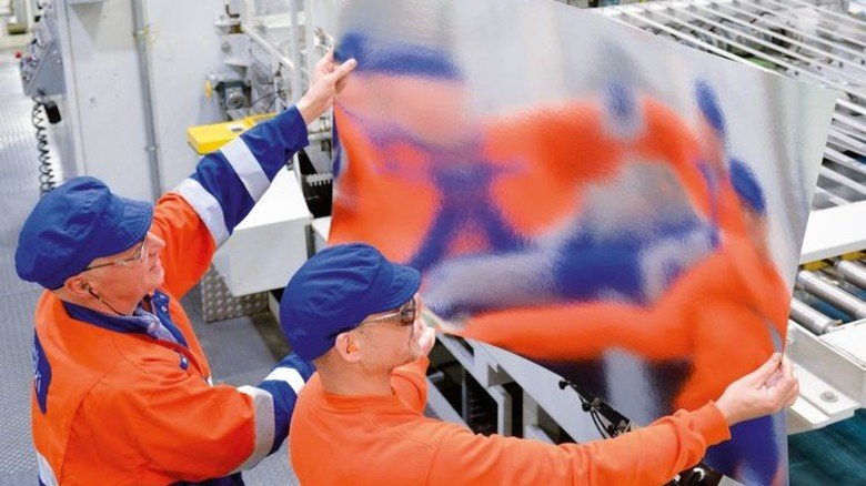 Alles perfekt? Bernd Schröer (links) und Ernst Heinrichsmeier prüfen die Folienoberfläche auf Kratzer. Foto: Scheffler