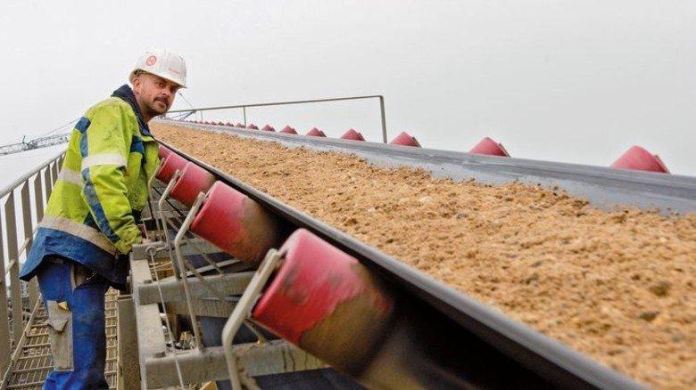 Kiesbaggerei am Niederrhein: Wegen der boomenden Bau-Konjunktur ist der Bedarf an Sand, Kies, Schotter und Split enorm. Foto: Strassmeier