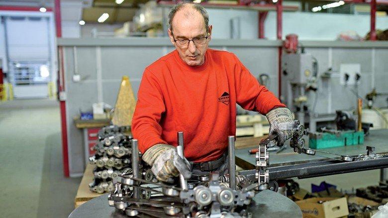 An ihnen hängt es: Die Förderketten, die Uwe Weippert hier montiert, sind für eine Transportanlage bestimmt.