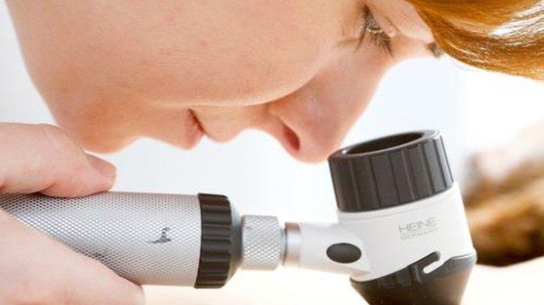 Check beim Hautarzt: 80 Prozent aller Verdachtsfälle erweisen sich als harmlos. Foto: dpa